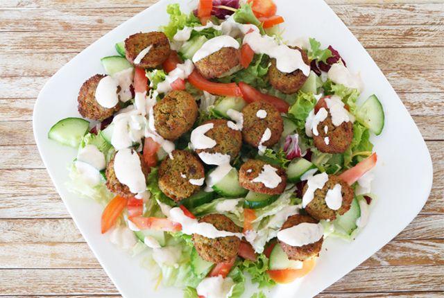 Maak heel gemakkelijk zelf glutenvrije falafelsalade. Ideaal als lichte, toch vullende avondmaaltijd met lekker veel eiwitten. Bekijk het recept hier >>
