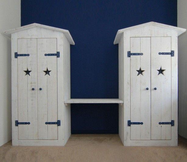 stoer dubbele kledingkast in old-look whitewash steigerhout met blauwe accenten