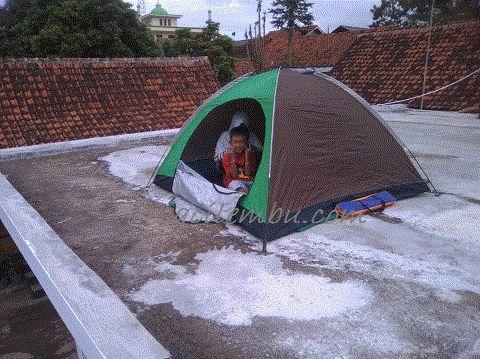 berkemah di atap Rumah