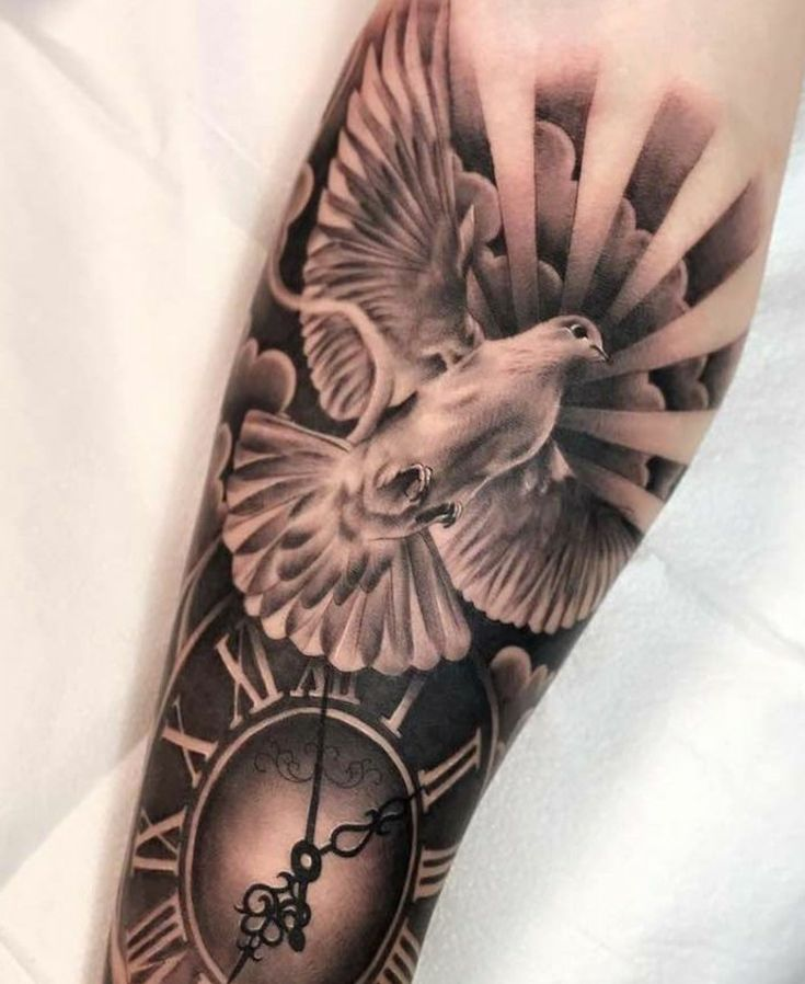 Tattoo mit Taube und Uhr mit Bedeutung Frieden