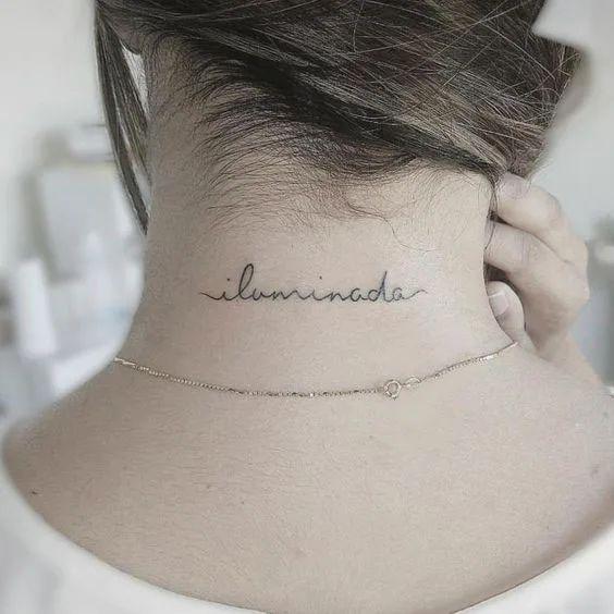 Tatuagem no pescoço escrita в 2021 г   Татуировка на задней части шеи, Татуировки на шее, Маленькие татуировки