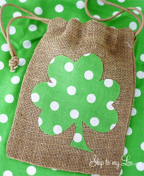 How to make a shamrock burlap gift bag for St. Patrick's Day #make #green skiptomylou.org