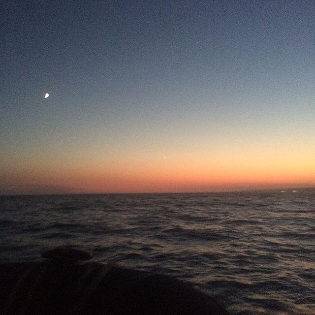 (Fait) Le coucher de soleil en bateau au large de Marseille