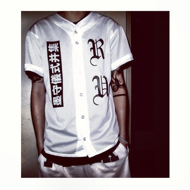 how to wear a baseball jersey fashionably