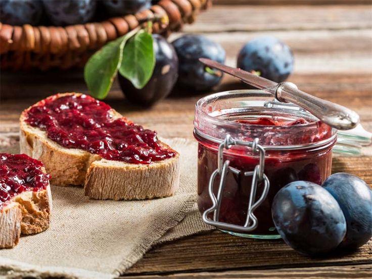 Preparare una confettura di fichi e prugne è il modo migliore per portare in tavola l'estate tutto l'anno: ecco la ricetta passo a passo per prepararla.