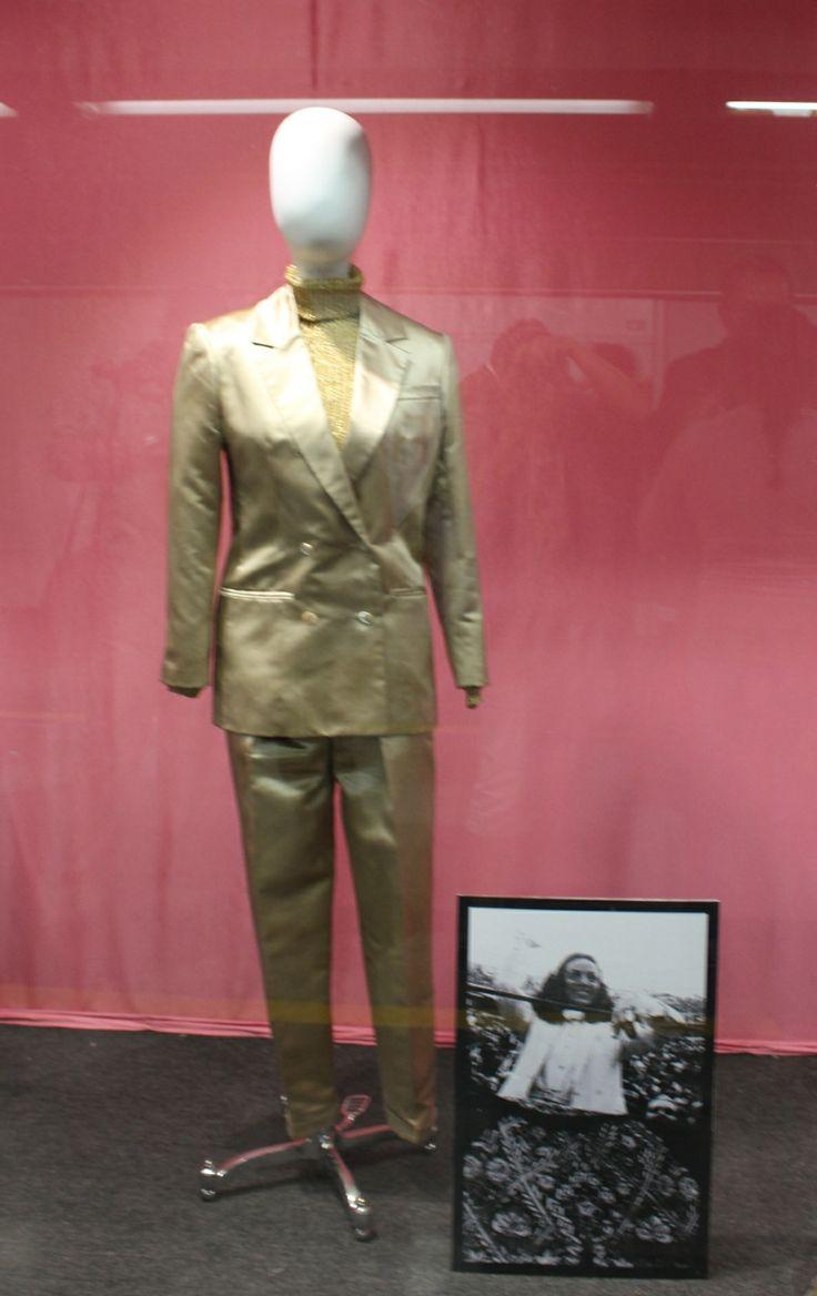 Christian Dior  1978  Traje, satén de seda   Blusa, gasa de seda  Colección Gonzalo Rodríguez y Gustavo Blanco,   EE.UU.