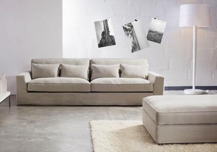 Das moderne Loungesofa mit extra tiefer Sitzfläche und weicher Feder-Daunendecke ist wie geschaffen für gemütliche Stunden im Wohnzimmer. Polster- und...