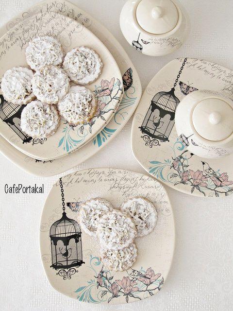 Artık biliyorsunuz kurabiyeye karşı nasıl bir zaafım olduğunu :)   En lezzetli en güzel kurabiyeleri deneyip paylaşıyorum sizlerle.Nefi...