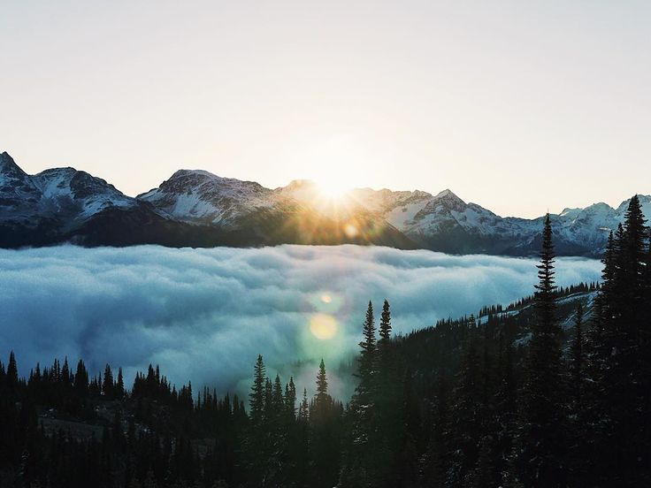 Um dos principais destinos do inverno canadense, Whistler fica nas espetaculares montanhas costeiras, apenas duas horas ao norte de Vancouver. Quem segue para o STB at ELS Vancouver confere de perto a estação de esqui da cidade, que já foi sede dos Jogos Olímpicos de Inverno de 2010.   Foto: @caleyvanular/Instagram
