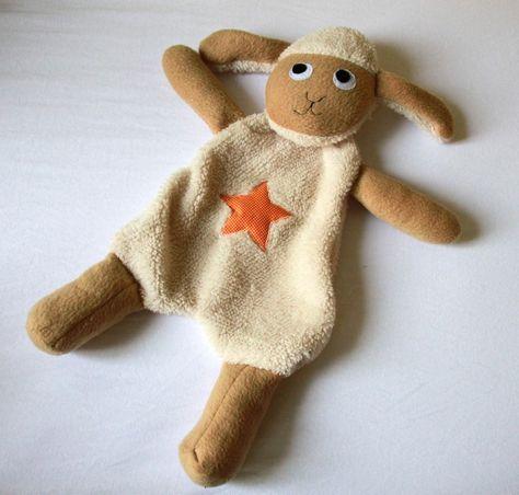 Avec ce tuto gratuit, réalisez un doudou mouton tout mignon pour votre bébé.