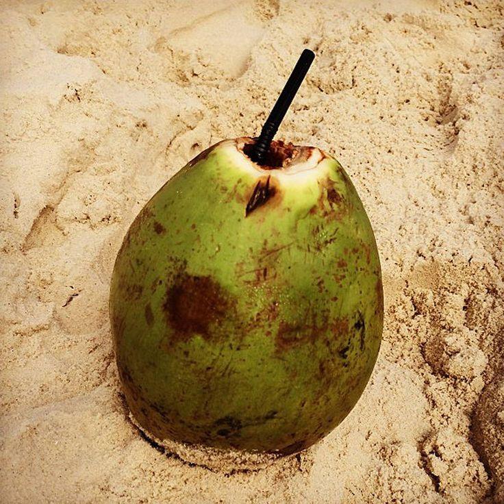 """De l'eau de coco comme Alessandra Ambrosio """"A l'ombre d'une eau de coco"""" Pour se rafraîchir à l'ombre des palmiers des plages de Copacabana, les cariocas adorent siroter l'eau de coco. Bourrée de sels minéraux, dont le potassium, l'eau de la noix de coco est ultra- drainante."""