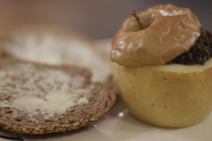 In Vlaanderen zijn zwarte pensen nog altijd populair en de combinatie met appel blijft een geslaagd huwelijk. Dit recept is tegelijk oerklassiek en origineel. Je hoeft geen culinaire kunstenaar te zijn om dit te bereiden, maar het gerecht ziet er mooi uit en het smaakt nòg beter.Om erbij te serveren: vers bruin brood of gekookte aardappelen of aardappelpuree