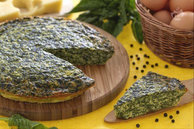 La frittata con ricotta e spinaci unisce il gusto leggermente amarognolo degli spinaci con quello morbido della ricotta stessa.