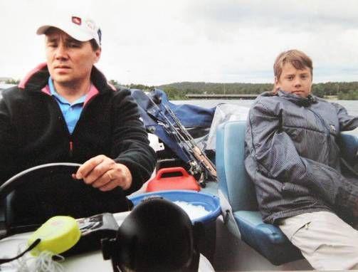 """Isä Harri ja """"Sepe"""" kalareissulla muutama vuosi sitten."""