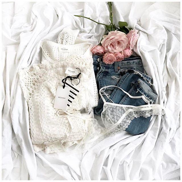 """Hello Sunny Sunday! Petite photo à plat de ma tenue d'hier! Trop hâte d'être à des températures un chouïa plus chaudes pour pouvoir faire la même avec la blouse en dentelle/crochet Abril à la place du pull! • Knit """"Jane"""" #sezane (from @sezane) • Top """"Abril"""" #sezane (from @sezane) • Jean #levis (old) • Lace Bra #sezanexyse (from @sezane) ..."""