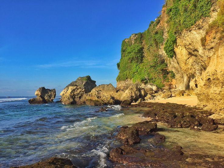 The hidden beach called Suluban / blue point in Bali, Indonesia. A beautiful white slft sand and clear water. i will always come back.❤️