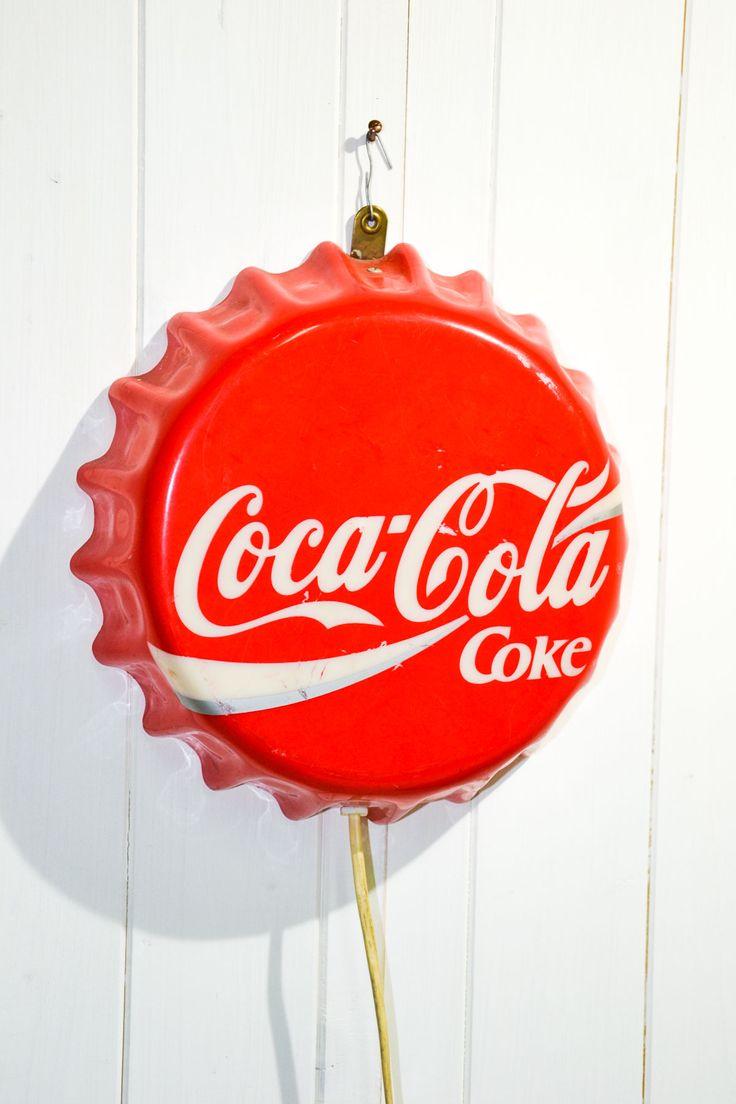 Insegna Coca Cola tappo luminosa Il fascino di questa insegna luminosa coca cola è ancora più avvolgente quando è accesa.  L'oggetto è ben conservato con leggeri segni di usura. I collegamenti elettrici sono ancora originali.