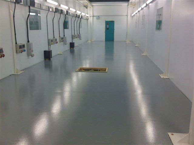 GDA busbar inside a clean room in Scotland: an easy way to feed plugs and sockets with flexibility.