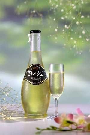 ミルシュ-脂肪分を除いたジャージー牛乳を原料に、ワイン酵母で発酵させたお酒です。  ビタミンやカルシウムなど栄養分が豊富で、やや酸味があり、微炭酸でシャンパン風の仕上がりになっており、健康志向の現代人、特に女性にはぴったりなお酒です。