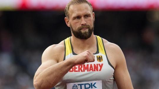 #SZ | Bolt #startet #WM #Mission maessig   Harting verheissungsvoll   London.  Usain Bolt saust #nach #einem Stolperstart #durch #den #Vorlauf, #Robert Harting #empfiehlt #sich #fuer #den Medaillenkampf - #und #Mo Farah entzueckt #als #erster Goldmedaillengewinner #die britischen #Fans. Von #Ulrike #John, #Andreas Schirmer #und #Ralf Jarkowski, dpa   Zum #Auftakt #der 16. Leicht