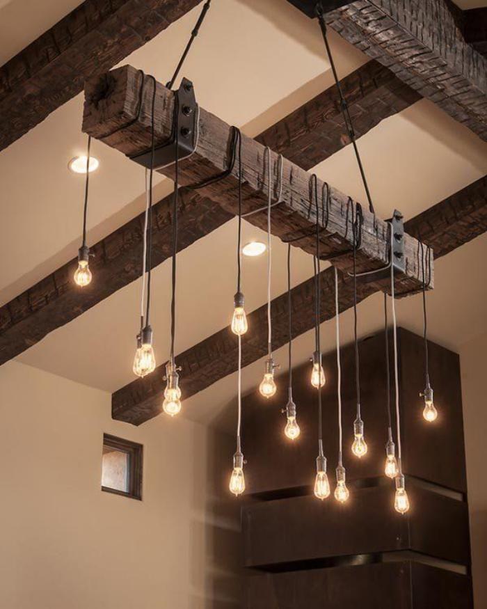 poutre en bois, plafond avec poutres en bois apparentes et ampoules électriques