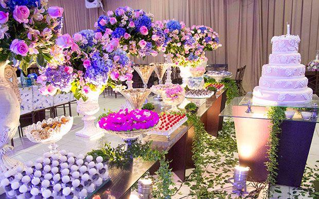 Rosa e azul ficaram juntos nas flores dos arranjos. A aniversariante acertou em cheio ao escolher um tom de rosa antigo e um azul cobalto. O mix das duas cores deu à decoração um toque vintage lindo.