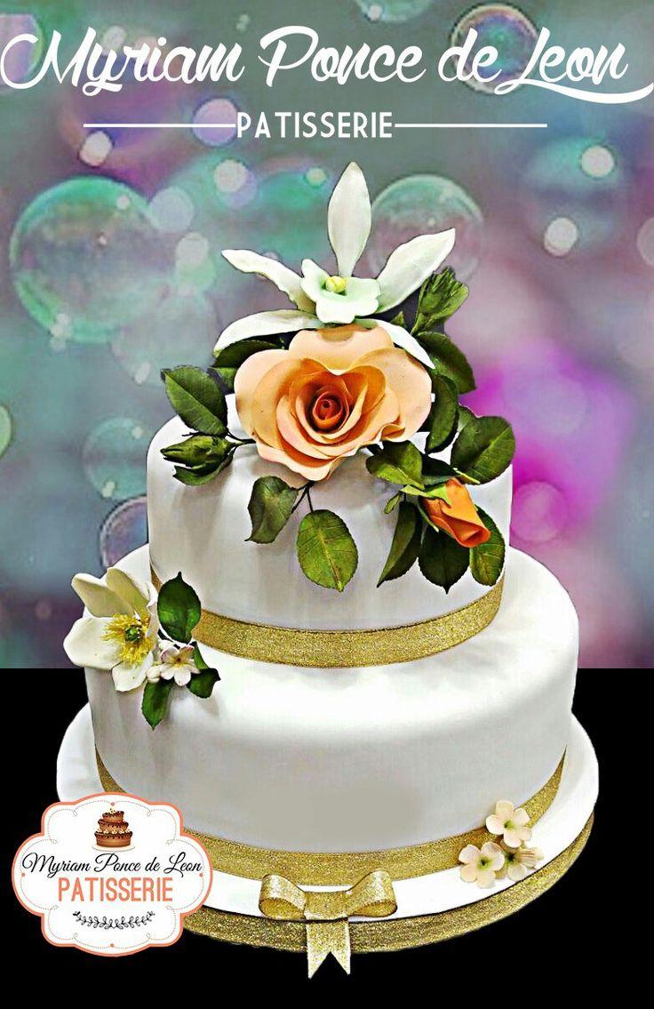 Pastel de bodas con importante ramo de orquidea y rosas de azucar