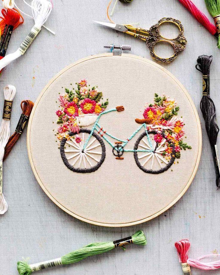 Gesticktes Fahrrad mit Korb mit Blumen #blumen #fahrrad #gesticktes Stickerei