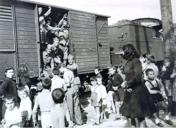 ΕΛΛΑΔΑ - 1940 - ΣΤΟΝ ΣΤΑΘΜΟ ,ΑΝΑΧΏΡΗΣΗ ΣΤΡΑΤΙΩΤΩΝ ΓΙΑ ΤΟ ΜΕΤΩΠΟ - ΠΑΙΔΙΑ ΚΑΙ ΓΥΝΑΙΚΕΣ ΞΕΠΡΟΒΟΔΙΖΟΥΝ ΤΟΥΣ ΣΥΓΓΕΝΕΙΣ ΤΟΥΣ - ΦΩΤΟΓΡΑΦΙΑ ΔΗΜΗΤΡΗΣ ΧΑΡΙΣΙΑΔΗΣ