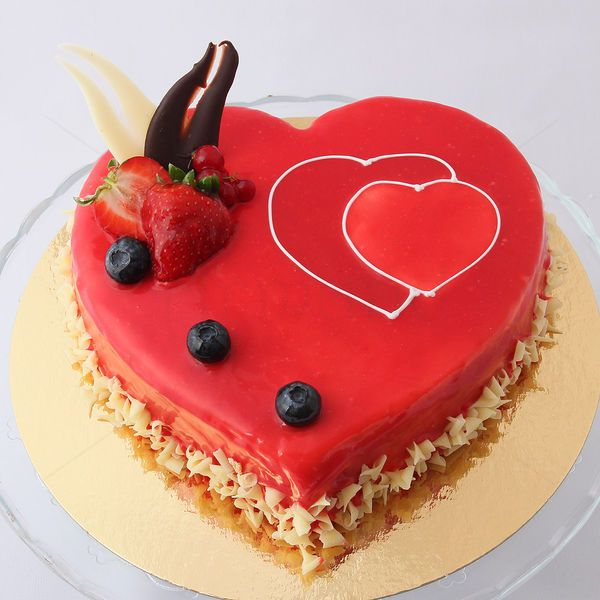 Mousse Capsuni in forma de inima are o consistenta fina si racoritoare, tortul fiind facut din pulpa de fructe si frisca ce pastreaza gustul plin de savoare al capsunelor proaspete. Este decorat cu o delicioasa glazura de capsuni.  Cadou delicios pentru ea de Valentine's Day.  Pret: 82.5 LEI