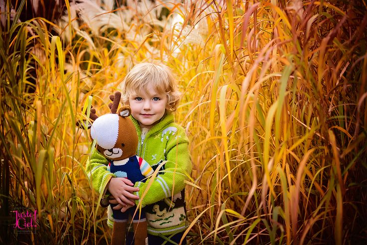 Cuddles in the field Montreal child photographer  www.justeciel.ca