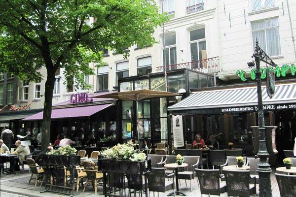 """De leuke cafeetjes op 'de Parade' in Den Bosch. Ook hier rechts:""""t pumpke"""", stamkroeg van hofkapel 'de Kikvorschen' (carnavalsvereniging)"""