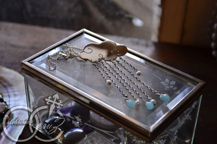Tormenta. Colgante en plata de 950 con cadena de 40 cm. perlas naturales y cristales diámetro nube 4,2 mm peso total 13g. Elaborado a mano por Orfebreria de la Cruz