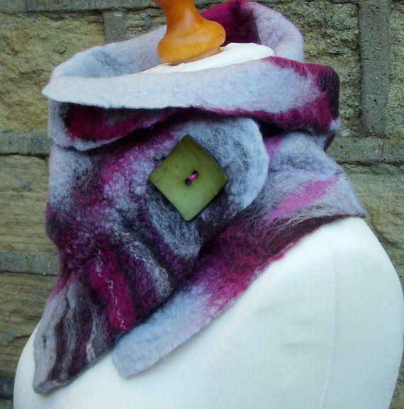 IN BESTELLING ITEM AANGEBRACHT.  Een prachtige OOAK wol vilten sjaal. Handgemaakt met zachte Merino-wol en zijde van de moerbeiboom.  Deze prachtige sjaal komt in de rijke kleuren van grijs, frambozen, pruimen en bruin.  Het wordt geleverd met een stevige groene knop om te houden van de sjaal / wikkel in plaats.  Ik heb de NAT vilten techniek gebruikt te maken van deze sjaal.  maatregelen - 82,5 cm / 32.5 lange door 31 cm/12,5 inch breed.  Dit is een gemaakt om te bestellen artikel, laat…