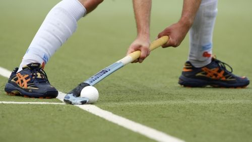 AfbeeldinDrag flick push out. One foot off of the field. Note the left hand grip. Ball is in the hook of the stick.