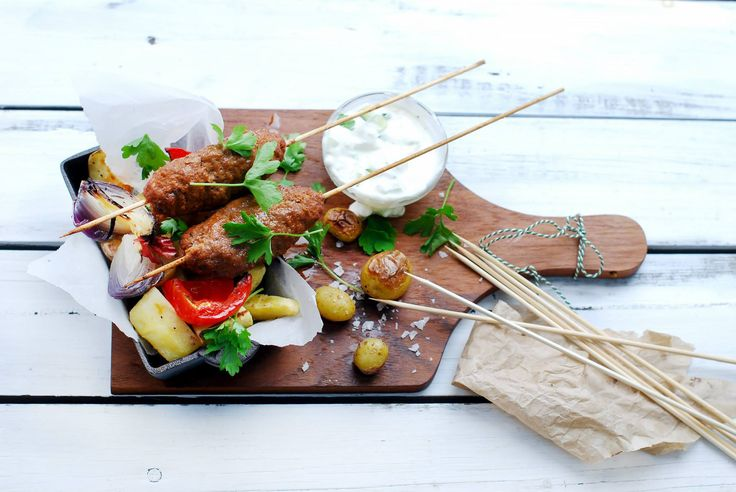 Kruidige rundsgehaktbrochettes met tzatziki en geroosterde wortelgroenten