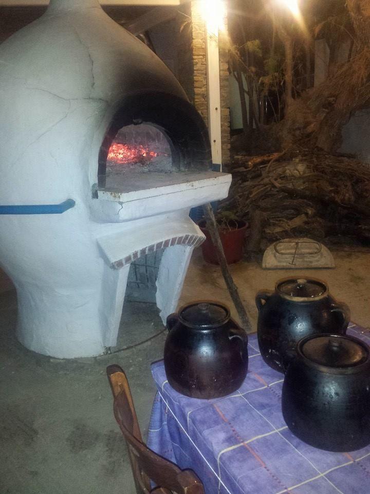 Το παραδοσιακό φουρνάκι στο ταβερνάκι της Σίφνου και οι γάστρες έτοιμες για ψήσιμο.