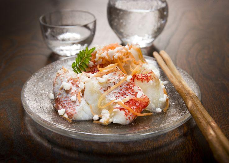 地場もん国民大賞「キンキいずし」株式会社中井英策商店 北海道 三枚おろしした魚の切り身を、米、糀、野菜などで重ね漬けし、2~3週間重石を乗せて熟成させた発酵食品が「いずし」、北海道独自の郷土料理として定着している。それを高級魚「キンキ」を使って商品化したのが「キンキいずし」。特徴は、あっさりした上品な味わいの酸味と旨みが程よく調和されたクセのない食べやすさで、日本酒に良く合い、夕食のオードブルにも最適。北海道が誇る優れた発酵食品です。