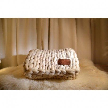 Delicada Piecera 100% Lana Corriedale Color Crudo Punto Jersey. Medidas: ancho: 0.8m largo: 1.8m Tejidos hechos a manos con lana Corriedale 100% natural de la zona sur de Chile