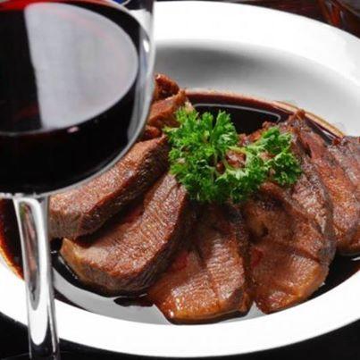 Los vinos de uvas Cabernet Sauvignon, Merlot, Tempranillo, Malbec y Syrah, maridan perfectamente con carnes rojas. Enriquese tu almuerzo con una copa de vino tinto.