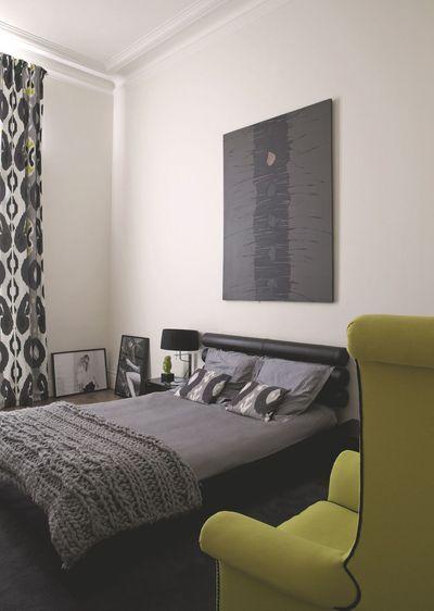 La chambre parentale dans les tons gris d'un appartement à Paris. Plus de photos sur Côté Maison http://petitlien.fr/7ux7