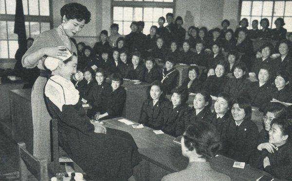 昭和31年、都立深川高校で就職を控えた3年生を対象に開かれた化粧講座。戦前~戦後のレトロ写真(@oldpicture1900)さん | Twitter