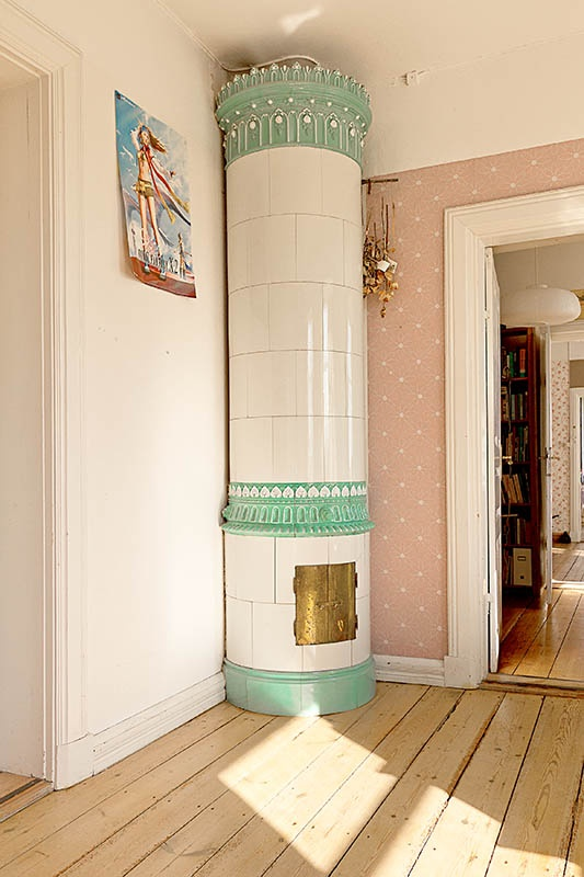 There is no room for this kind of stove (kakelugn) in our country house... But I wish!