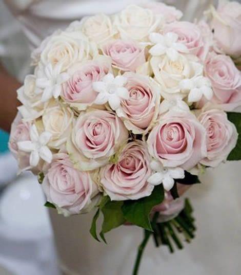 Rond bruidsboeket met witte & licht roze rozen.