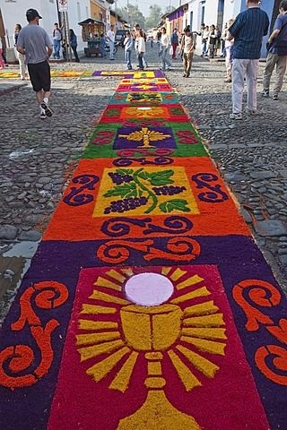Alfombra hecha de arena y serrín a lo largo del recorrido procesional el Viernes Santo.  Fabricación de alfombras es considerado como un acto de sacrificio, como el detalle elaborado y hora en que entra en la fabricación de alfombras es una manera para que la gente dé algo de sí mismos en la memoria de la