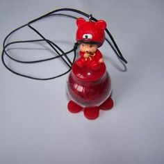Collier nounours rouge sur bulle transparente