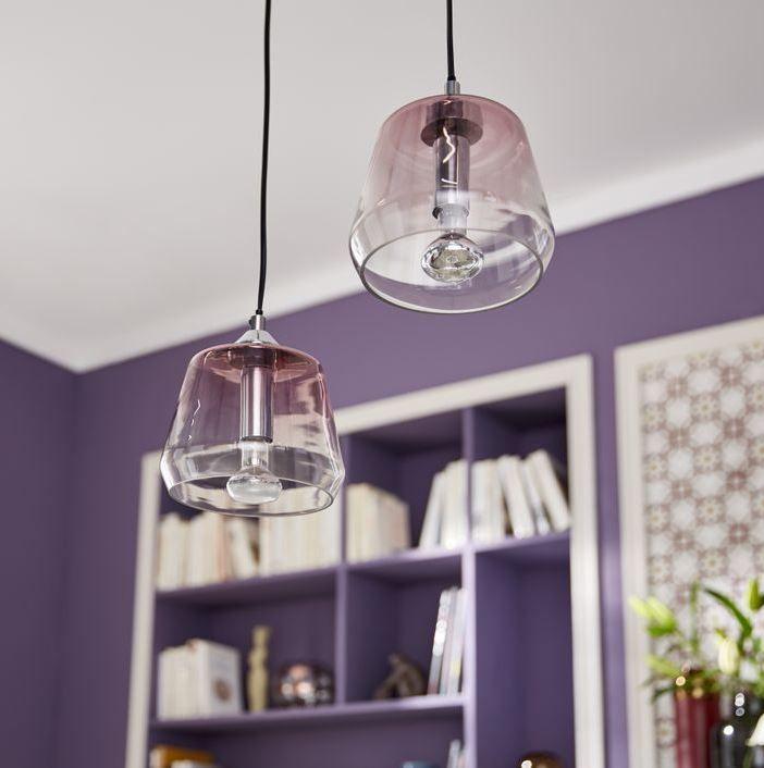 Les Suspensions Elasa En Verre Rose Jouent La Transparence Sur Fond De Mur Ultra Violet Dans Un Style Retro Et Aerien Deco Violet Style Art Deco Luminaire