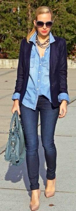 Saco azul y camisa de mezclilla