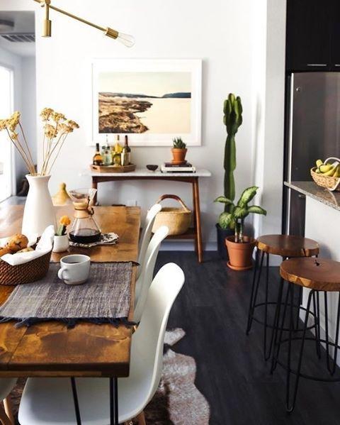 A mistura de madeira rústica com peças e paredes brancas, dá um equilíbrio ao ambiente. Foto @newdarlings #revistacasaclaudia #decor #decoration #decoração #home #house #casa