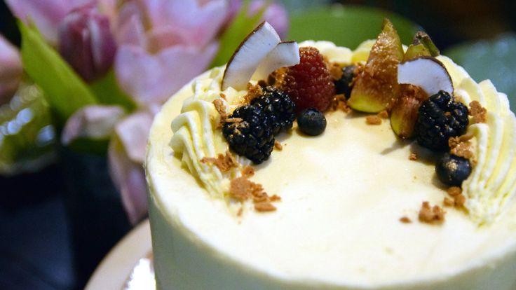 Nadine Hagmans kreation - en vitchokladtårta med färska bär.